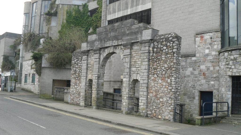 Monumental Gateway